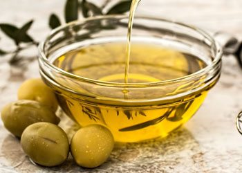 Olive-oil-home-remedies-for-wrinkled-skin-on-hand