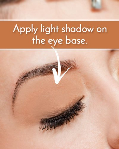 How To Apply A Light Shadow On The Eye Base
