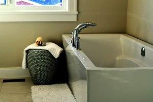 How to clean a bathtub easily?